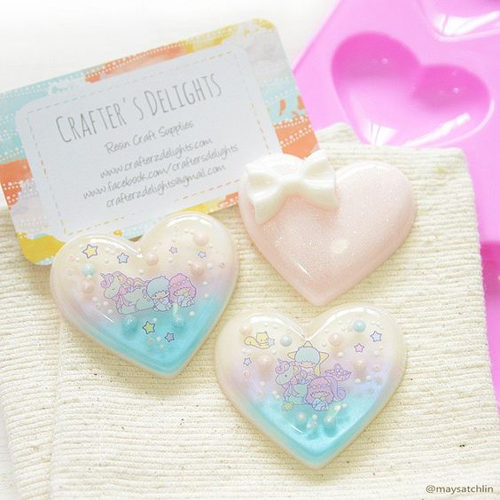 I was soooo excited when dear @amy_emii gifted me one of her highly coveted shiny, puffy heart molds cos she's definitely one of my greatest inspiration and I believe I've watched every single one of her resin videos on youtube (search: crafterzdelights)!! ✌ Anyway I just popped these pieces ☝ out from the mold this morning and they are indeed soooo super shiny & perfect!! No more glazing!! So check her out now and grab one of these shiny pink babies from her store…