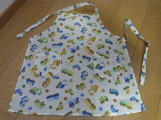 ハンドメイドのエプロンです。同柄のゴム入り三角巾と巾着袋をつけます。エプロンは綿です。着脱はマジックテープです。胸当てから下まで51~52センチ7~9才用(1...|ハンドメイド、手作り、手仕事品の通販・販売・購入ならCreema。