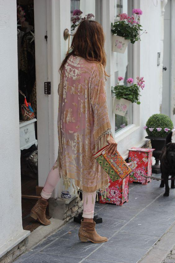 Burnout Silk Kimono + Embellished Clutch #streetstyle #bohochic #johnnywas