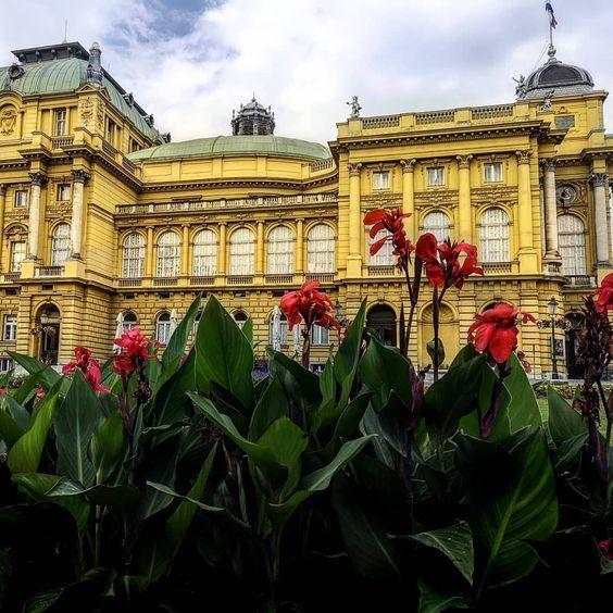 Teatro Nacional Croata De Zagreb Con Perspectiva Desde Las Flores Del Jardin Croacia En 2020 Zagreb Croacia Paisaje Urbano