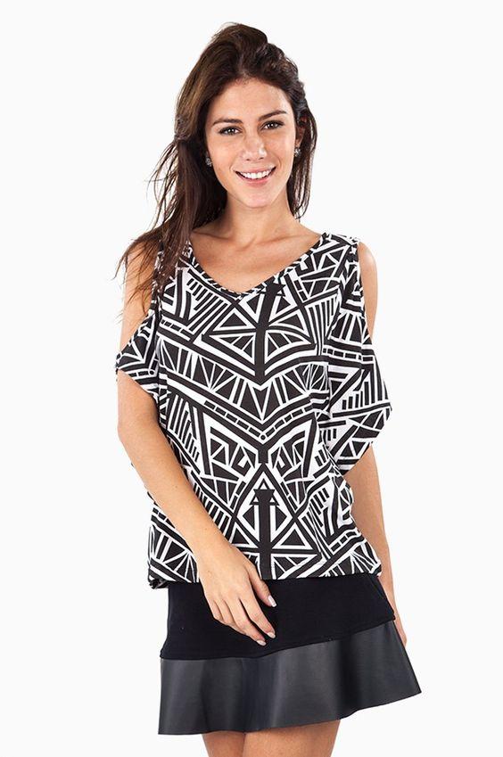 Blusa Malha Estampa Geométrica Decote Ombros Preto e Branco   Olook