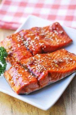 Zalm met teriyaki saus lekker met wat gestoomde groenten en rijst.