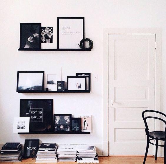 Waarom niet in zwart wit? Vele kadertjes met foto's en prenten worden snel rommelig, maar hou je aan één kleurenpalet en alles ziet er al een stuk stijlvoller uit.