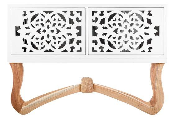 Sideboards & Media Storage Aparador Elegante con puertas y pie tallado.
