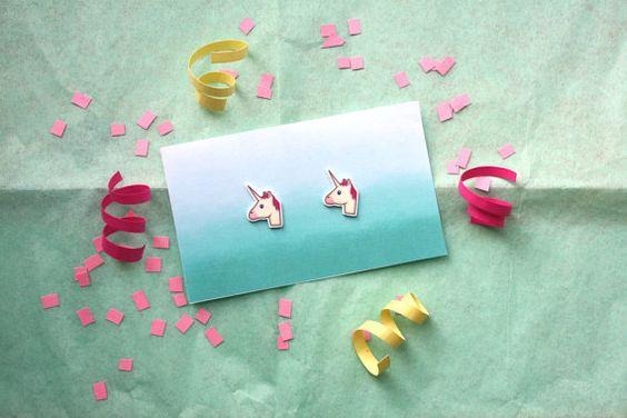 Dieses Angebot gilt für unsere Einhorn Emoji Ohrstecker Post!  Jedes Paar Ohrringe werden mit shrinky Dink Kunststoff, unsere digitale
