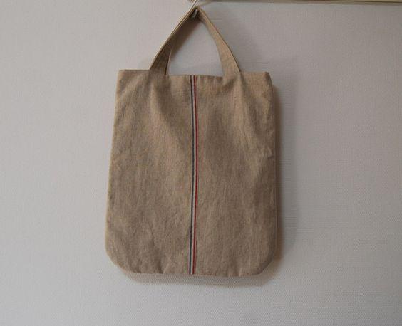 マチのないペタンコなトートバッグです。ハーフリネンにトリコロールのリネンテープを付けてナチュラルに仕上げました♪中にはタグでワンポイントを付けたポケットが1つ...|ハンドメイド、手作り、手仕事品の通販・販売・購入ならCreema。