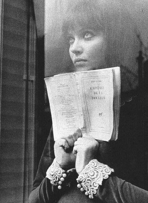 Anna Karina leyendo Capital del dolor en Alphaville.