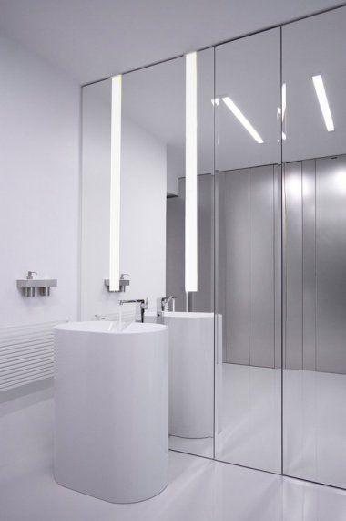 vrijstaande wastafel benadrukt door de spiegelwand. Black Bedroom Furniture Sets. Home Design Ideas