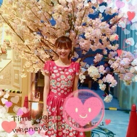桜の下に立つ小林麻耶