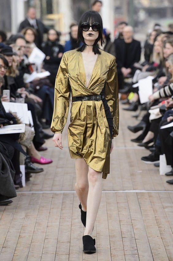 Oro Addiction - Modella in passerella in mini dress metallizzato