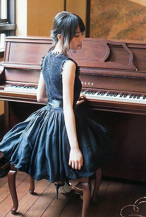 ピアノに向かうかわいい生田絵梨花