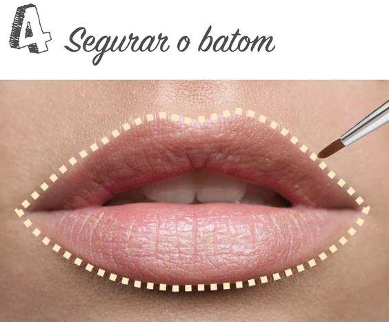 SEGURAR O BATOM >>> Com a ajuda de um pincel ou cotonete, contorne os lábios com o corretivo para destacar os lábios e evitar que o batom escorra.