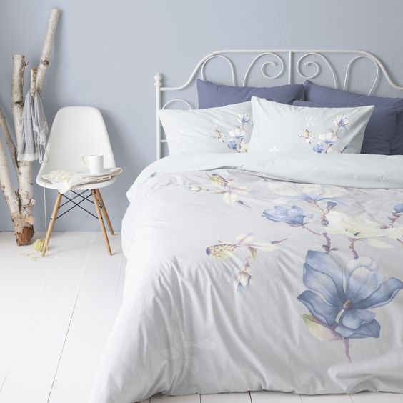 Cinderella dekbedovertrek Maggie blue/blauw/paars Prachtige blauwe magnolia bloemen zijn te zien op het romantische dekbedovertrek 'Maggie' van Cinderella. Het digitaal gedrukte ontwerp is een echte eyecatcher voor op bed.