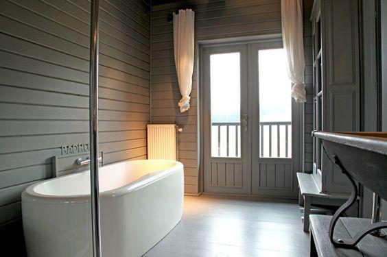 salle de bains en lambris peint