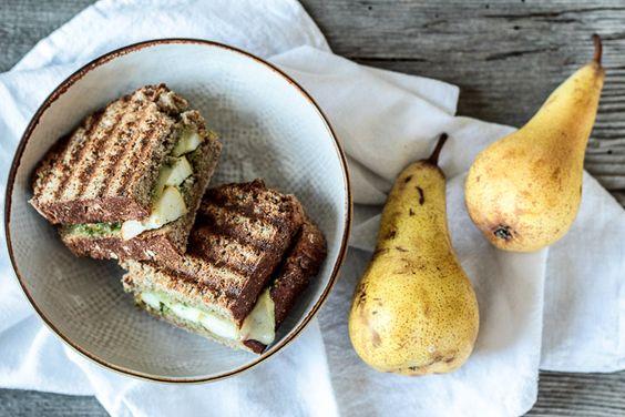 Panini mit Raclettekäse, Walnusspesto und Birnen