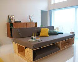GULT HUS Stue med hjemmelavet sofa