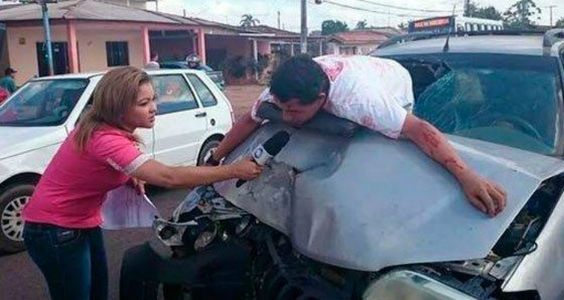 En la imagen, que fue rápidamente difundida en Internet, se ve a la reportera de la televisión brasileña TV Equinócio, entrevistando a un hombre herido tras un aparatoso accidente de tránsito.