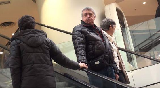 Acaricia las manos a hombres que van en sentido contrario en las escaleras eléctricas... BROMA
