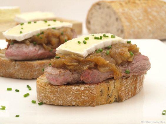 Tostas de solomillo con cebolla caramelizada y queso brie