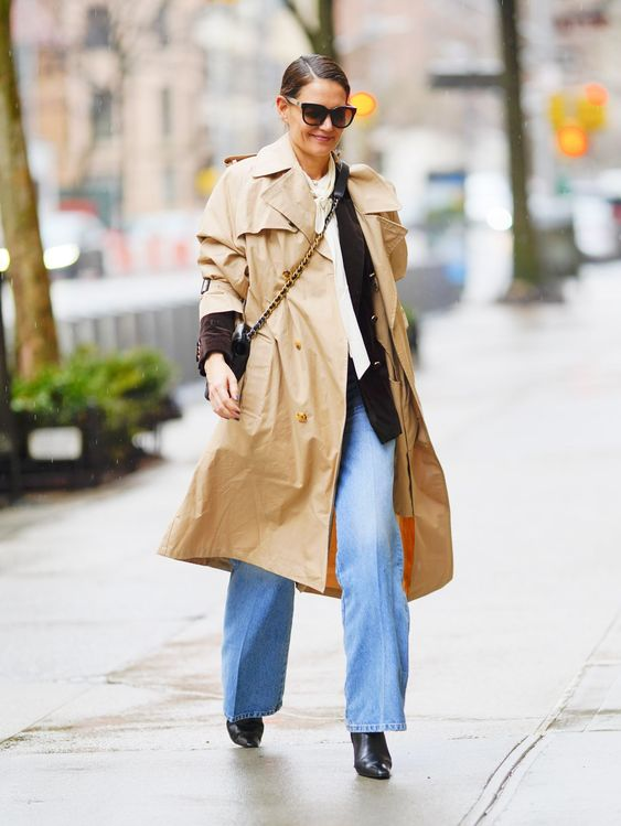 hot or not - Katie Holmes con pantaloni a zampa e trench oversize