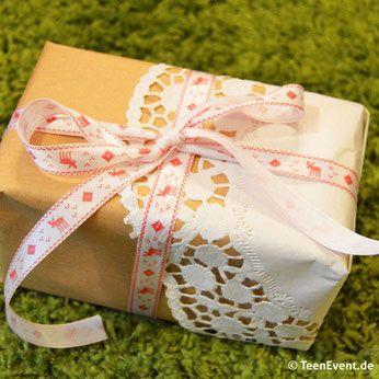 Verpacke deine Geschenke ganz einfach mit Packpapier und Tortenspitze!
