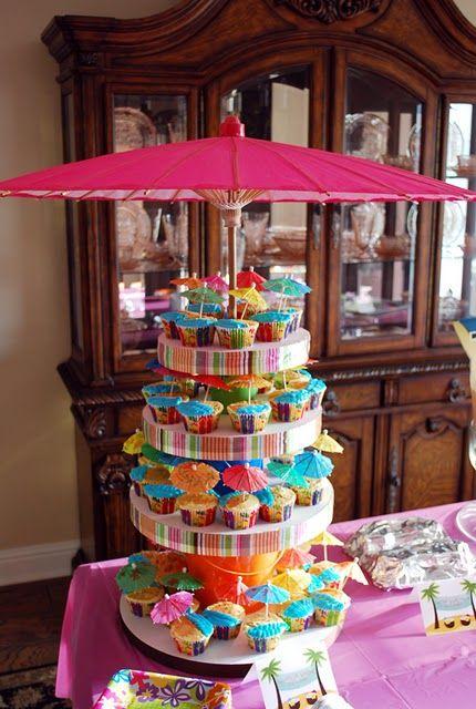 Torta de cupcakes decorada con sombrilla   Manualidades para Baby Shower