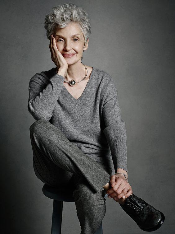 Oi Gente O post de hoje traz aqui para você 27 sugestões de lookspara mulheres estilosasacima dos 60 anos. São sugestões de looks que pesquisei na Web e que nos mostra que é possível sim ser est…