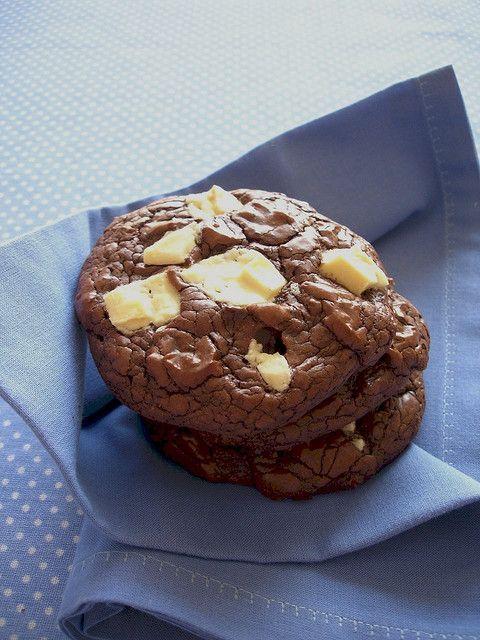 Dark and white chocolate chunk cookies / Cookies com pedações de chocolate branco e meio amargo by Patricia Scarpin, via Flickr