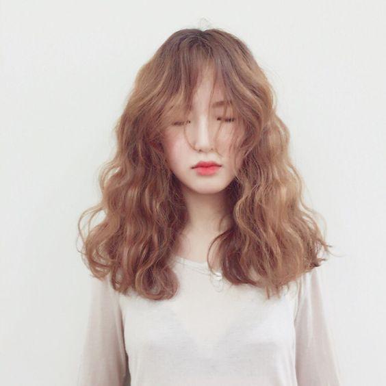 Các kiểu tóc xoăn dài cho người mặt to tròn
