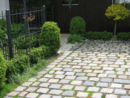 stellplatz aus gro granitpflaster mit wasserdurchl ssiger fuge fugen bepflanzt mit thymian u. Black Bedroom Furniture Sets. Home Design Ideas