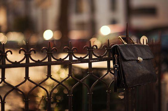 Eine vintage Tasche in schwarz mit goldenem Verschluss