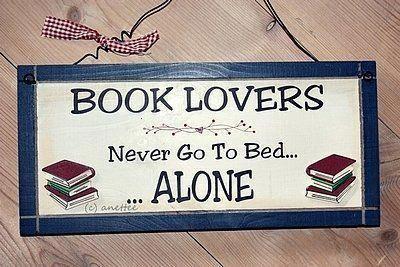 """""""Los amantes de los libros nunca van a la cama… solos."""""""