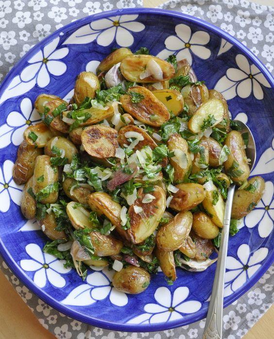Salade de pommes de terre rôties, Kale et ail en chemise