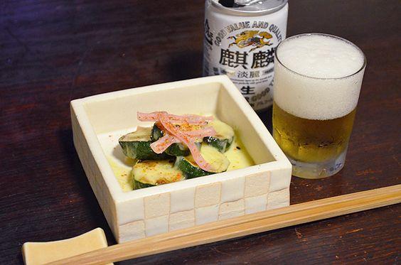 【ズッキーニのチーズ焼】ズッキーニとハムを器ごとオーブンで焼いてほかほかと。七味をぱらりとのせてビールとともに。関西は梅雨に入りました。夏もすぐそこですね。