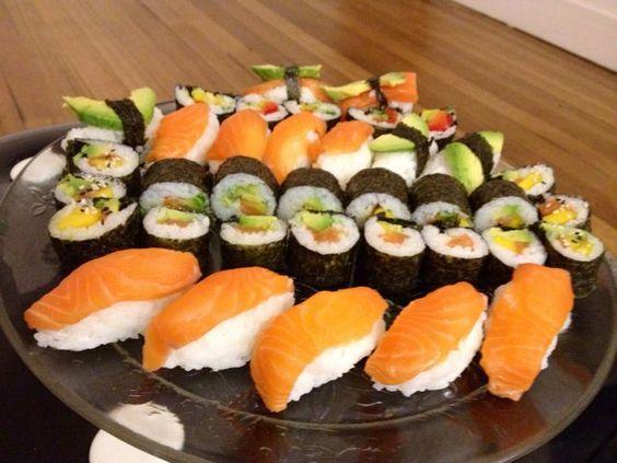 Assortiment de différents types de sushis