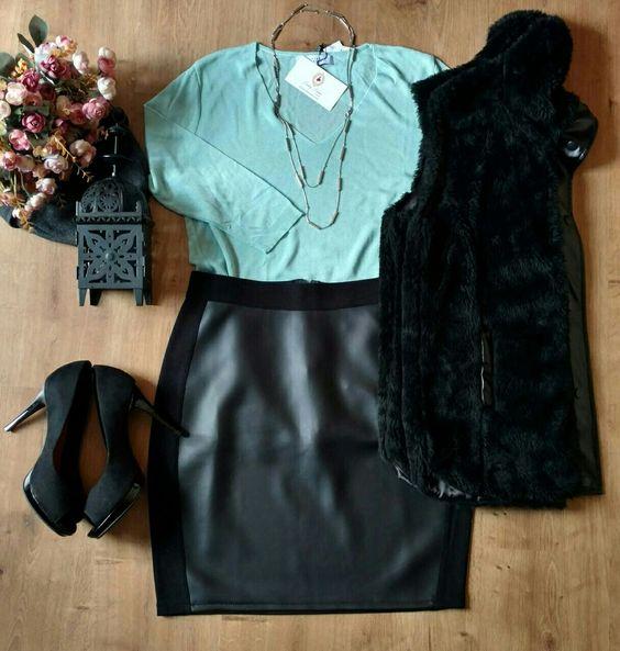Tricot verde água + saia em couro sintético preta