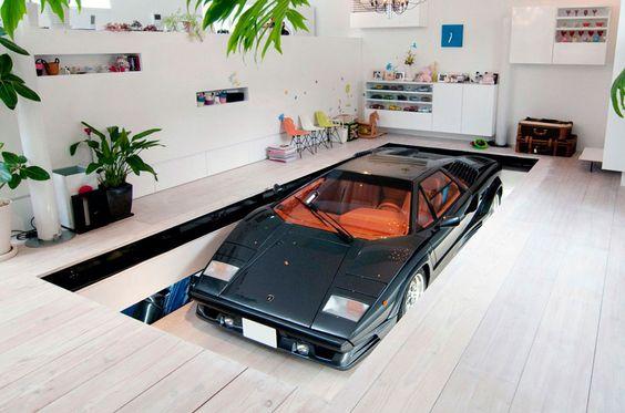 Garagem: Carro dentro de casa