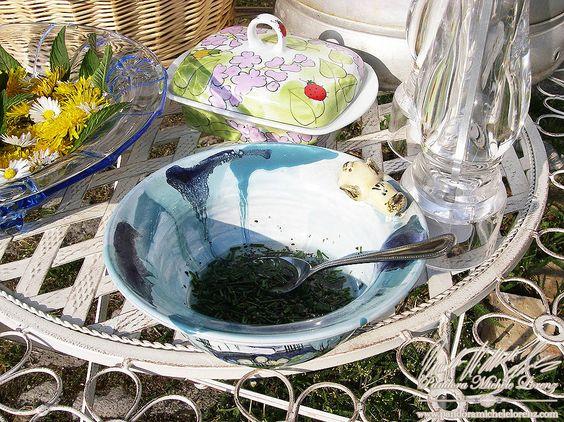 """""""Liebling, die Blüten sind angerichtet!"""", etwa so hörte es sich bei uns zu hause an, wenn wir an einem sonnig, warmen Sommernachmittag, draußen auf dem Hof sitzen um die wunderschöne Aussicht zu genießen! Serviert wird dabei z. B. frisch gebackenes und lecker duftendes Brot direkt aus dem Ofen, mit Kräuterbutter, Blütensalat mit hausgemachter Kräuter Salatsoße, ..., dazu frisch gebrühtem Tee oder Limonade mit Beeren, Minze und Blüten Eiswürfel, ...! www.homing.pandoramichelelorenz.com/"""