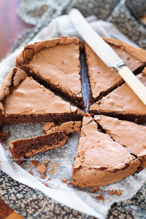 La Torta Tenerina è una Torta al cioccolato tipica del ferrarese:una tortabassa, senza lievito, con pochissima farina e tanto cioccolato; dallaconsistenza umidae uncuore tenero, cremoso, tart...