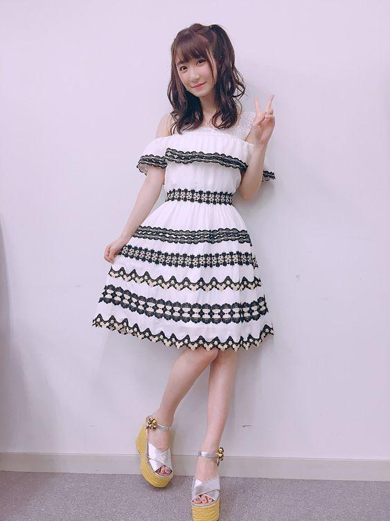白いお洋服の日高里菜さん