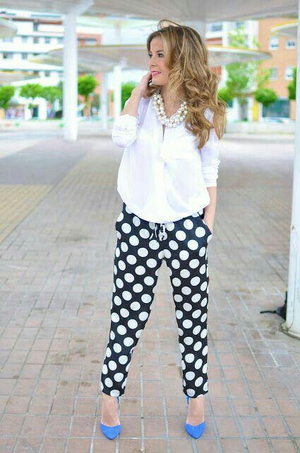 outfits camisa blanca con pantalón lunares