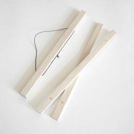 Eleganter zarter Holzrahmen. Die liebsten Poster sind so blitzschnell und unbeschadet an der Wand. Poster auf den Tisch legen, die passenden Holzleisten durch die eingelassenen Magnete an die Außenkanten platzieren und CLICK - fertig!Die verschiedenen Größen sind sind extra für die bei studio na.hili erhältlichen Poster gefertigt. Die Maße  sind jeweils für Hochkant-Rahmung angegeben. Ein A1 Rahmen zum Beispiel, ist also passend für ein Hochkant A1-Poster oder Querformat A2- Poster und…