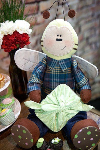 Zap o Abelhão -  A professora Chrys Altran com sua didática baseada nos detalhes ensina a fazer o lindo Zap Abelhão. Um boneco com estrutura em feltro e fibras e acabamento em tecido. Muita atenção e carinho para um trabalho artesanal perfeito!