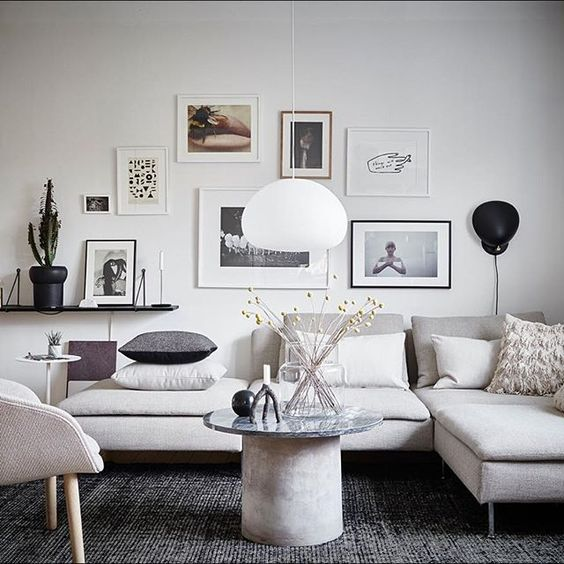 feng shui wohnzimmer, weißes ecksofa, graue dekokissen, wanddeko - feng shui im wohnzimmer