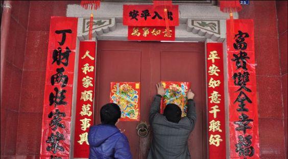 Украшение дверей лубочными картинками няньхуа и парными благожелательными надписями: