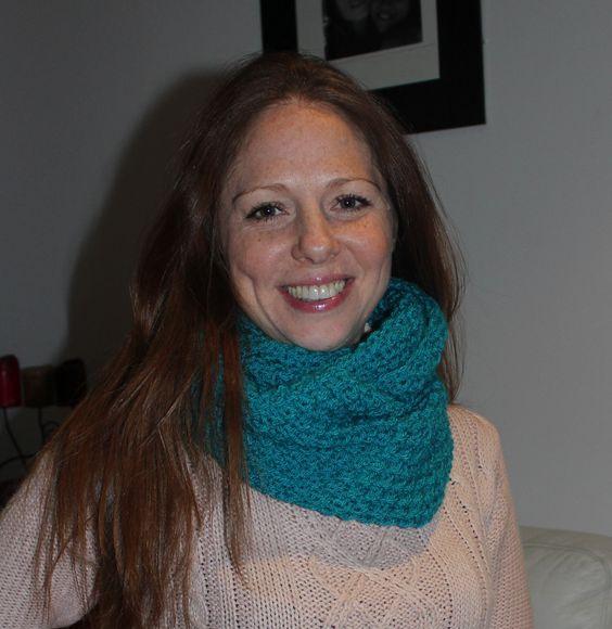 Bufanda circular de lana tejida a mano con la técnica de dos agujas