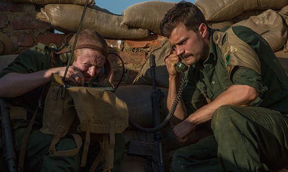 """Jamie Dornan é um comandante de guerra no filme """"Jadotville"""" que ganhou seu…"""