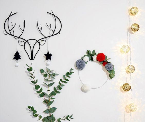 DIY : faire soi meme sa decoration Couronne de Noël en pompons de laine et eucalyptus ClemAroundTheCorner deco diy laine ponpon pour noel fetes de fin d annee decoration porte d'entree