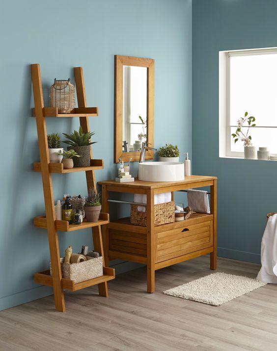 Salle de bain bleue avec des meubles en bois