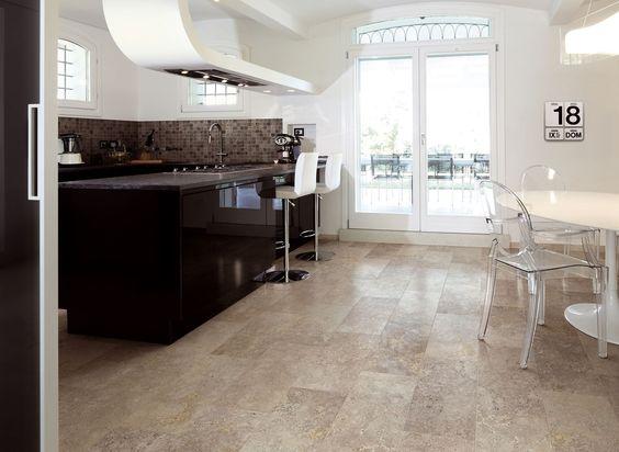 Moderne eetkamer en keuken, de tegels zijn dan weer natuursteen ...